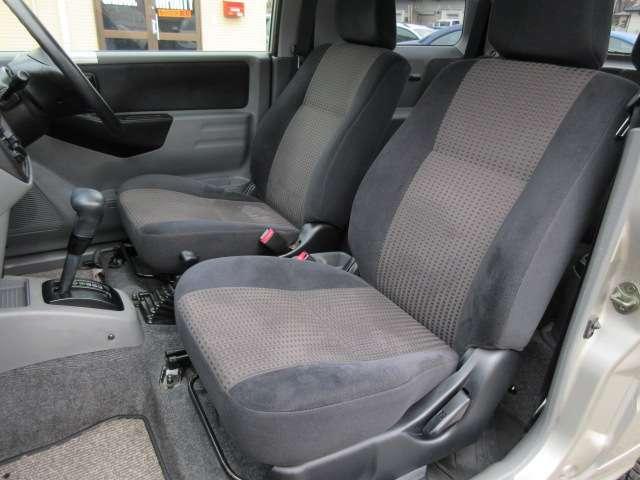 運転席と助手席のシートには目立つ擦れやキズ等もなくキレイな状態です♪シートのクッション性も良く座り心地も良好です♪コンソールボックスは小物入れも装備されております♪