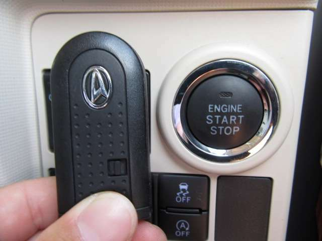 今流行でとても便利なインテリキーも装備!エンジン始動もキー開閉もキーフリーで行えて便利ですよ!