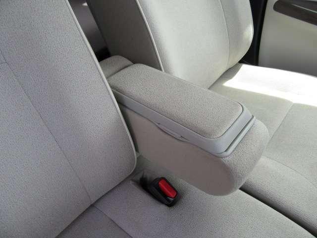 ロングドライブ時の疲労軽減に大きく貢献する収納付アームレストも運転席に装備!優しいアイテムですね!