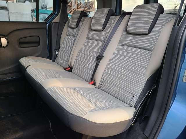 後部座席もシートの破れや目立つ汚れなく、良好な状態です!