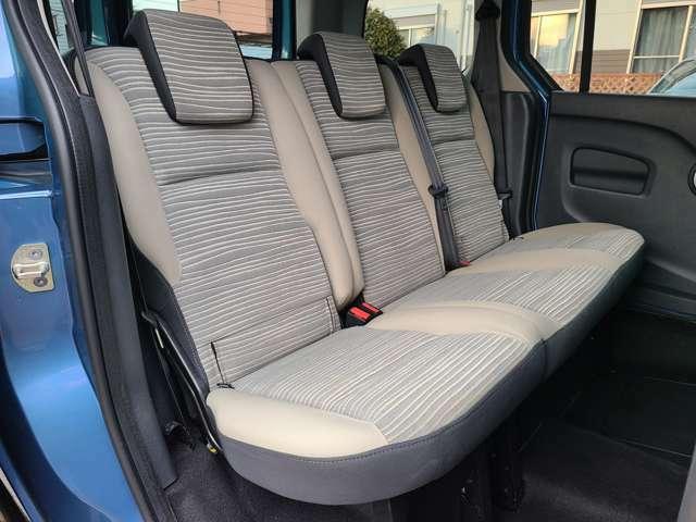 3人乗っても窮屈感のない後部座席!ご家族、ご友人と快適なドライブをお楽しみいただけます!