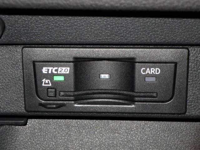 高速ドライブで必須装備のETC車載器。DSRC対応で渋滞などの交通情報をダイレクトに受信されます。