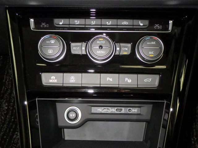 3ゾーンフルオートエアコン☆運転席と助手席、後席の3ゾーンでそれぞれ独立して温度と風量を自動調整できる便利機能。アレルゲン除去機能付き!