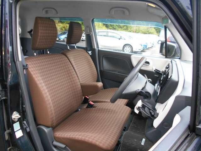 運転席&助手席   中央部にはアームレスト(肘掛)を装備。