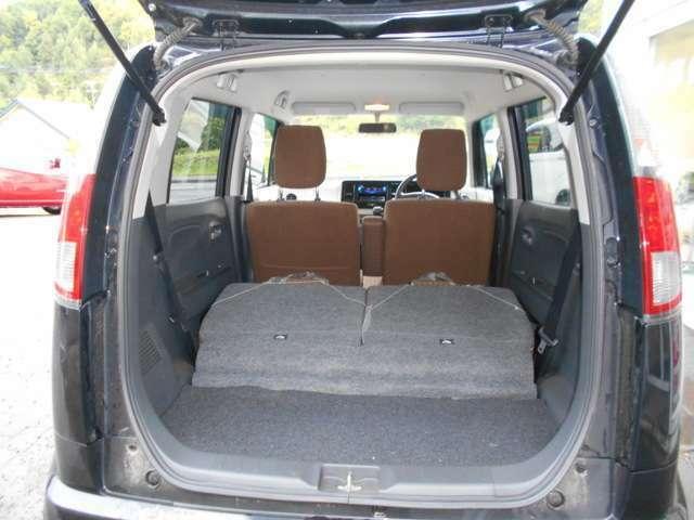 ラゲッジスペース  後席のシートを両側倒した状態。 大容量の空間が出来ます。 (シートは左右別々に倒すことが出来ます。)