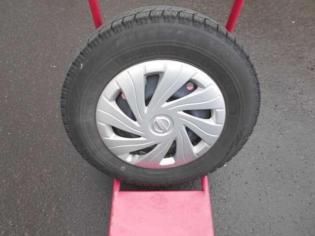 スタッドレスタイヤには純正ホイールカバー+スチールホイール (タイヤの残り溝は約7ミリです。)