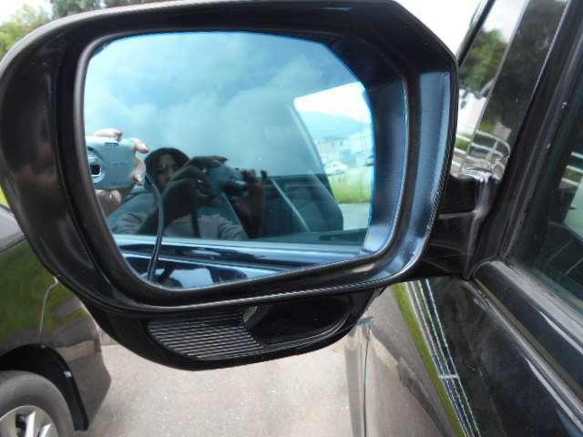 助手席側ミラーには足元確認用のミラーがついておりますので大きな車両ですが安全に運転していただけます。