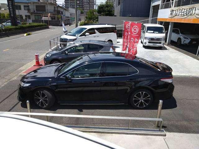 カムリは、運転席と助手席のエアバッグ、サイドエアバッグ、運転席ニーエアバッグ、カーテンシールドエアバッグを装備しているので、万が一の事故の衝撃を最小限に抑えます。
