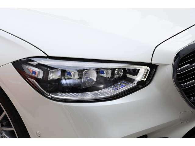 Mercedes-Benz初のDIGITALライト(ウルトラハイビーム付):片側130万画素のプロジェクションモジュールを瞬時に制御。前走車、対向車を眩惑させずに、より広い範囲をかつてない高精度で照射し続けます。