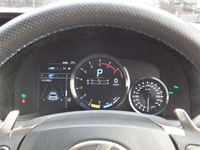 サーキット走行にもエコドライブにもフレキシブルに対応するF専用メーター。搭載されたドライブモードセレクトにより液晶表示が変化します。