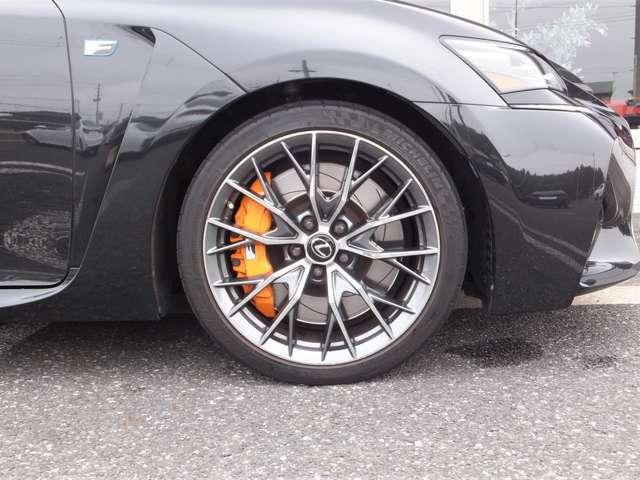メーカーオプション設定【F専用オレンジブレーキキャリパー(フロント&リヤ)】が装着されております。