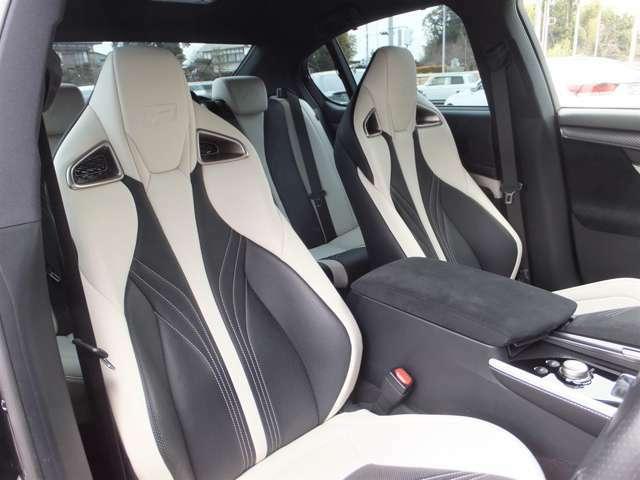 メーカーオプション設定【運転席・助手席セミアニリン本革ハイバックスポーツシート+ベンチレーション機能&後席セミアニリン本革シート(ブラック&アクセントホワイト)】を装備しております。