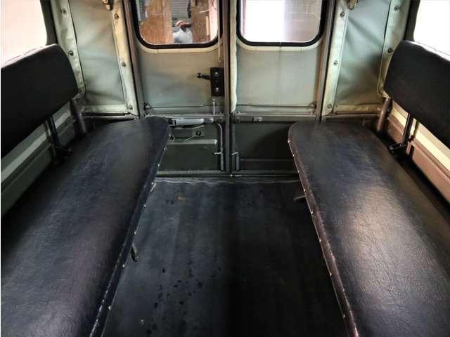 荷台は対面の6人乗り。