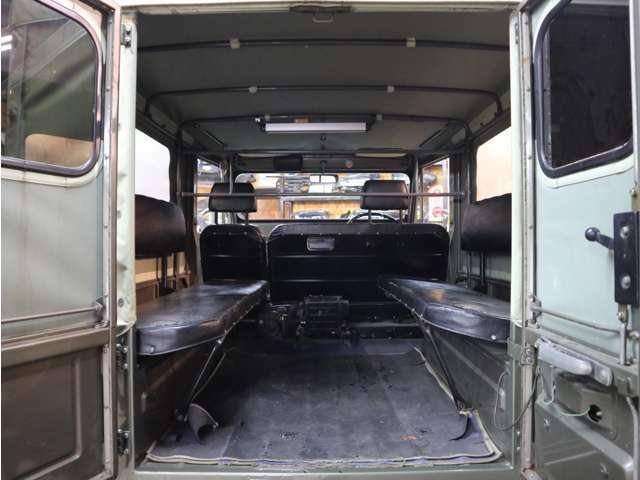 ロングなので50系では諦めていた荷物も載せれるし、車中泊もできます。