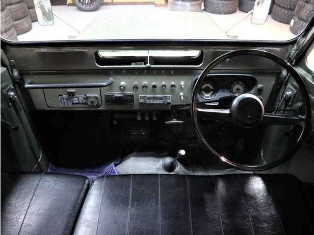 コックピットです。レストア車ではないので、傷や使用感はあります。内装も基本はオリジナル。
