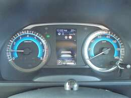見やすくカッコイイメーターです。 真ん中のディスプレイで車の情報を色々表示できます。