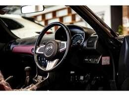 体格に合わせてハンドルの高さを±15mmの範囲内で調節可能。運転しやすいドライビングポジションが得ることができるチルトステアリング。