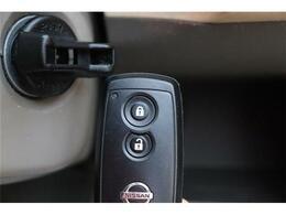 ★スマートキー★車のロック・アンロック、エンジンの始動・停止をキーをポケットやカバンに入れたままできます!重い荷物を抱えながらキーを探さなくてもドアについているスイッチを押すだけなのでとても便利で