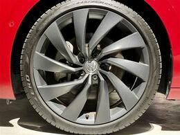 Rライン専用デザイン20インチアルミホイールです。装着タイヤはピレリ社製PZEROです。