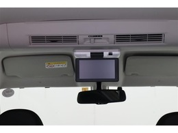 ■後席モニター■前席のモニターではナビを使用中でも後席のモニターではDVDを再生し楽しむことができます!これなら後ろに乗るお子様や同乗者の方も退屈させませんね♪