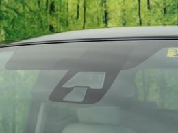 【衝突被害軽減装置】低速度走行で走行中、先行車との衝突の危険性が高まったとシステムが判断した場合に作動し、自動的に停止または減速して衝突被害の軽減を図ります。