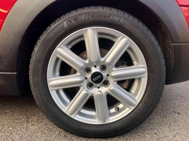 目立つような大きなダメージもない人気の純正アルミホイール。 タイヤサイズは 195/55R16 がデフォルト。