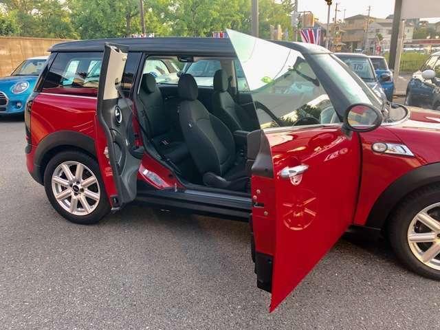 """運転席側のみに存在する """"クラブドア"""" を観音開きに開ければ、後列への乗降性や荷物などの積み降ろしも容易に行うことが出来ます。"""