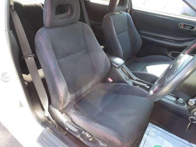 運転席♪ 右側サイド座面にヘタリありますが、目立つ汚れや擦れなど無く綺麗なシートです♪