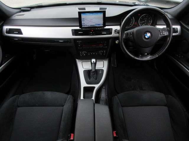 車内はとてもきれい♪タバコ臭などの嫌なにおいもなく快適に乗っていただけます♪Mスポーツ専用アルミヘアライン仕上げのパネルを採用シンプルなデザインの室内なのでスポーティかつ高級感があります♪