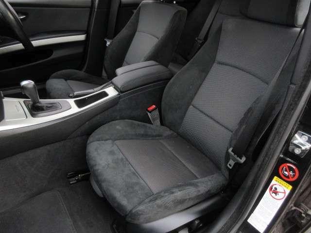 Mスポーツ専用スポーツシートにへたりや擦れ、汚れ、切れ、タバコの焦げ跡等はございません♪運転席・助手席ともに電動シートですので走行中でも微調整可能です♪