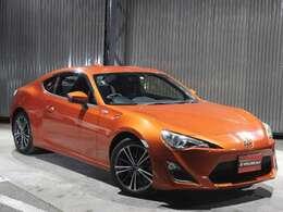 鮮やかなオレンジメタリック。スポーツカーらしい色ですね♪