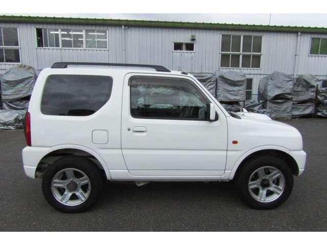 上級グレードのXC、4WD、人気カラーのホワイトです!