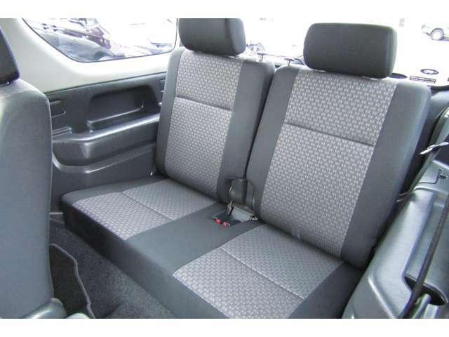 乗車定員は4名です!2名乗車時は手荷物などを後席に収納できて、実用性もありますね!