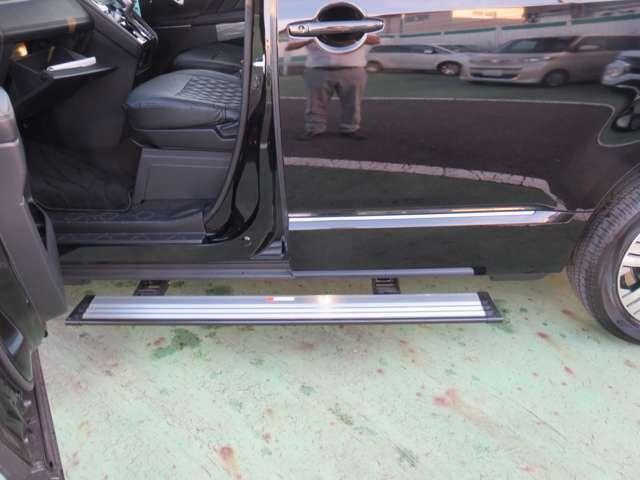助手席ドア/助手席側スライドドアの開閉と連動して作動する電動サイドステップ(LEDステップ照明付)