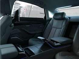 ●リヤシートも足元広々。ゆったりとしたスペースで長時間のドライブも楽しめます。車内の空間も美しく演出します。