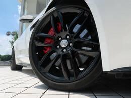 OPの20インチ6スプリットスポークホイール!目を惹くデザインで車体との相性も良く必見の装備です。ホイールの中に見えるレッドブレーキキャリパーがスポーティなF-TYPEの魅力を際立たせます!