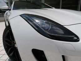 ジャガーの最先端数値流体力学によるデザインメソッドを活用し風がデザインしたような流線形のボディ。高速走行時に自動的に立ち上がるデプロイアブルリアスポイラーはダウンフォースを増幅させ抗力を抑えます。