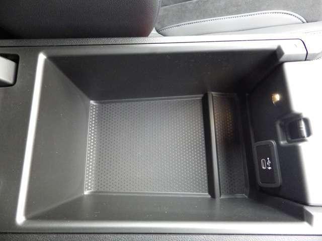 収納も十分な広さがあります。USB Cポート完備しています。