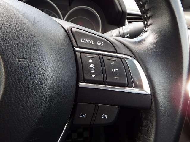 マツダレーダークルーズコントロールは、前の車に追従するようにアクセルとブレーキを自動で制御します。