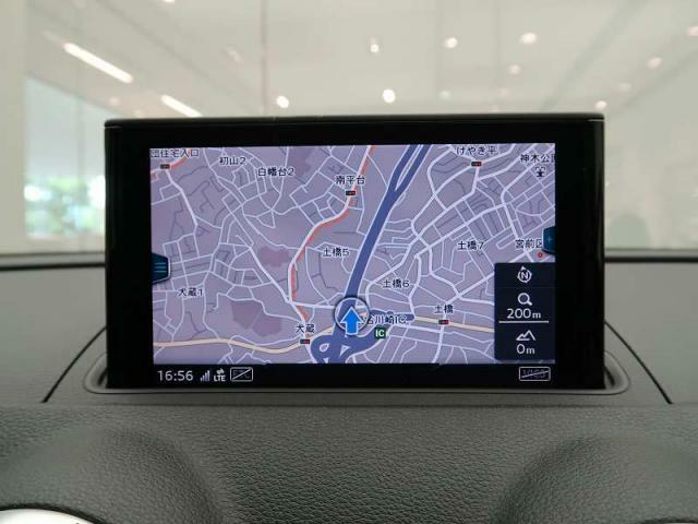 純正ナビゲーション『高解像度カラーディスプレイに、Bluetooth(R)接続によるハンズフリー通話機能を搭載しています。』