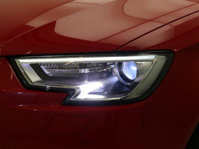 キセノンヘッドライト(LEDポジションライト付)『ハロゲンの数倍の明るさを誇る高寿命キセノンヘッドライトで、安全運転を支える良好な視界を!』