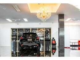 【車輛展示も屋内展示だから安心】当社で販売するコンプリートカーは全て屋内展示しており、天気を気にする事無く内外装をご覧頂けます!