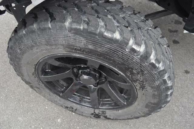 タイヤはレンタカーとして使用中につき溝が目減りするかもしれませんが納車時には走行に支障ない残り溝があるのを確認して納車します。