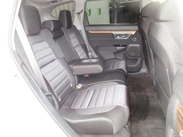 サイドサポート部に厚みを持たせてホールド感を向上、座り心地の良さと見た目にもわかる上質さを追求。広く快適なリア席空間を実現しています。