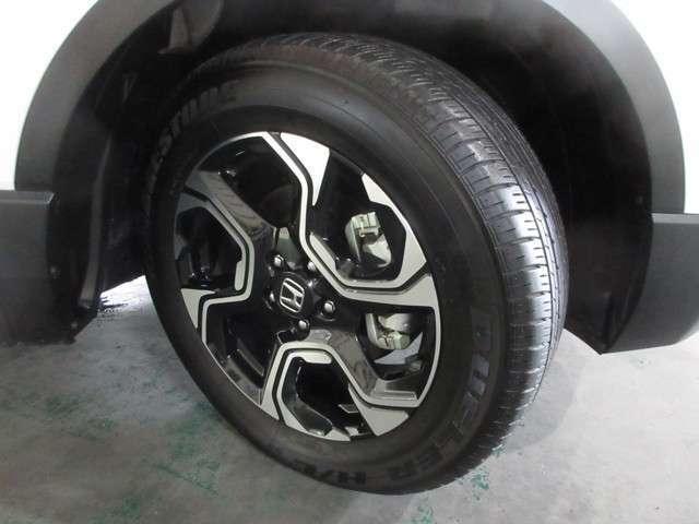 タイヤは ブリヂストン DUELER H/Lがついています。そして足元を精悍に引き締めるホンダ純正18インチアルミホイール、おしゃれは足元から、カッコイイですね!