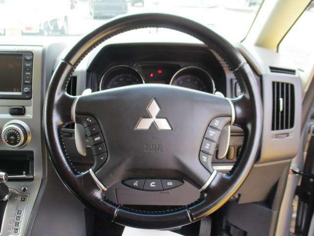 ステアリングスイッチでオーディオ等の操作ができます。パドルシフト・クルーズコントロールがついているので運転操作の負担を軽減することができます。