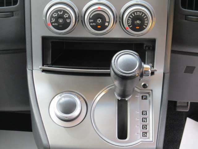 温度を設定すれば、自動的に風量が調整できるオートエアコンを装備しています。