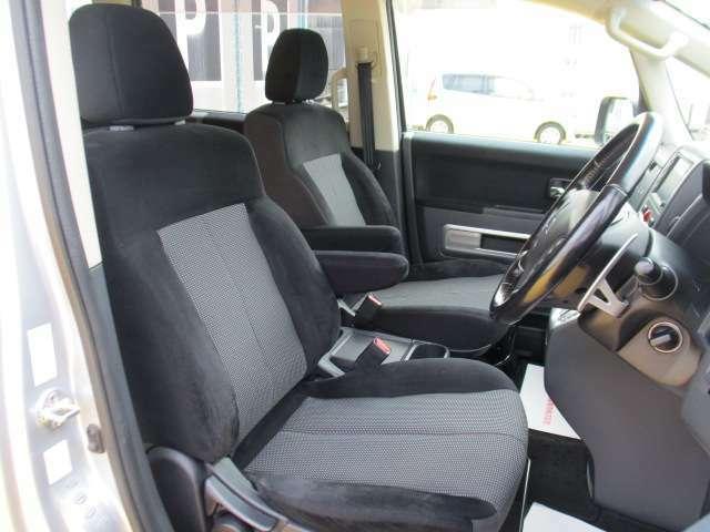 広くゆったりしたシートには、それぞれアームレストが付いています。