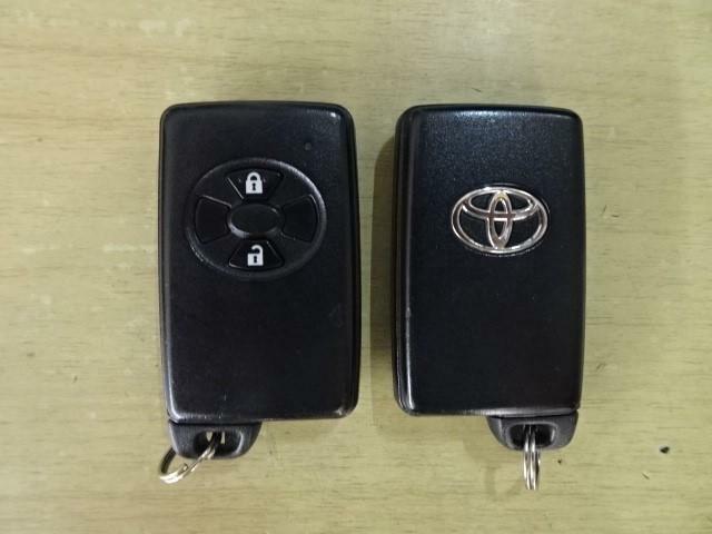 【キーフリーシステム】このキーを携帯していれば、ポケットやバッグに入れたまま、ドアの施錠・解錠ができます。また、キーを差さずにエンジンを始動することも出来ます。ちょっとオシャレでスマートですね♪