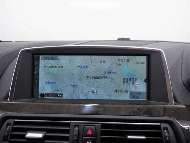純正HDDナビゲーションが装備されており、インテリアの統一感を求めるには純正が一番です。